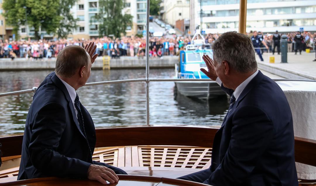 Presidentit vilkuttivat höyrylaiva S/S Saimaalta Savonlinnan satamaan kerääntyneelle yleisölle. Kuva: Matti Porre/Tasavallan presidentin kanslia