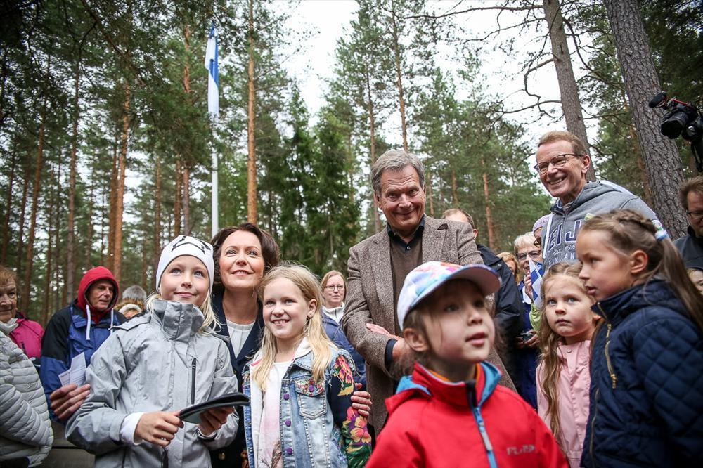 Presidentti Niinistö ja rouva Jenni Haukio juhlistivat Suomen luonnon päivää Teijon kansallispuistossa Salossa. Kuva: Matti Porre/Tasavallan presidentin kanslia