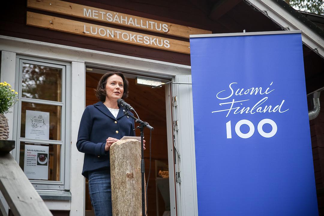 'Suomen luonto on osa arvokkainta kulttuuriperintöämme. Se on kansallisaarre, jonka varassa olemme kautta historiamme rakentaneet niin aineellista kuin myös aineetonta hyvinvointiamme', rouva Jenni Haukio, Suomen luonnon päivän suojelija, sanoi tervehdyksessään. Kuva: Matti Porre/Tasavallan presidentin kanslia