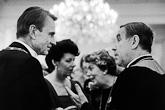 Presidentti Mauno Koivisto ja rouva Tellervo Koivisto keskustelevat arkkipiispa Mikko Juvan ja hänen vaimonsa Riitta Juvan kanssa 1983. Kuva: Lehtikuva