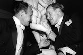 Kirjailija Väinö Linna ja ohjaaja Edwin Laine keskustelevat Presidentinlinnan Atriumissa itsenäisyyspäivänä 1958. Kuva: Lehtikuva