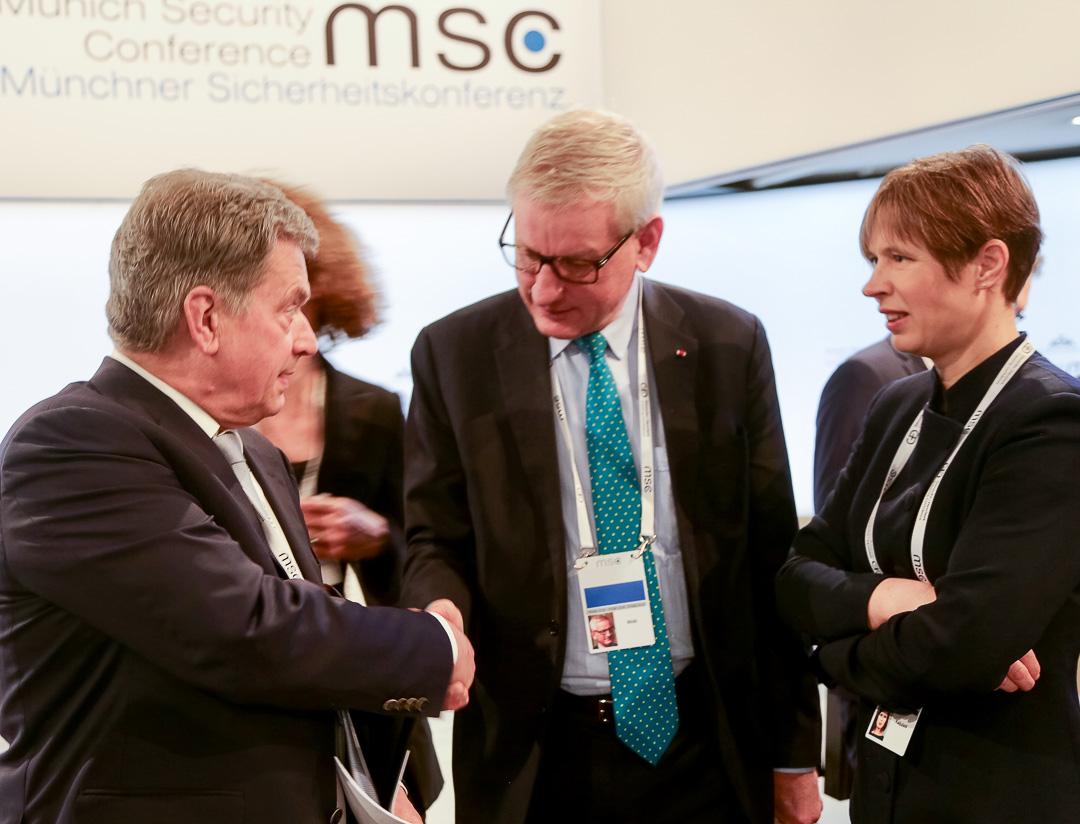 President Sauli Niinistö, Carl Bildt och Estlands president Kersti Kaljulaid på säkerhetsmötet i München den 17 februari 2018. Foto: Katri Makkonen/Republikens presidents kansli