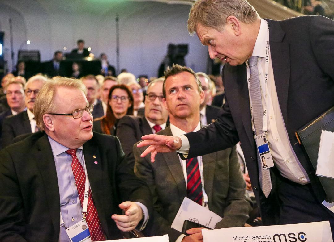 President Sauli Niinistö och Sveriges försvarsminister Peter Hultqvist på säkerhetsmötet i München den 17 februari 2018. Foto: Katri Makkonen/Republikens presidents kansli