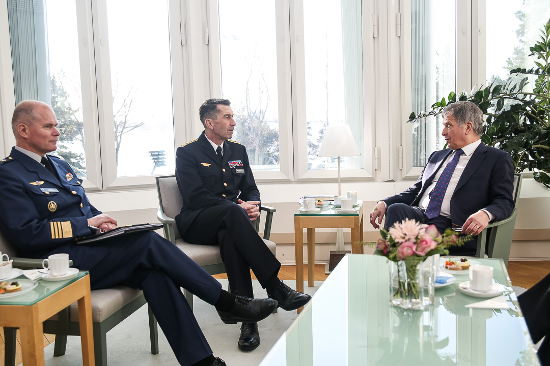 Tapaamiseen osallistui myös puolustusvoimain komentaja, kenraali Jarmo Lindberg. Kuva: Matti Porre/Tasavallan presidentin kanslia