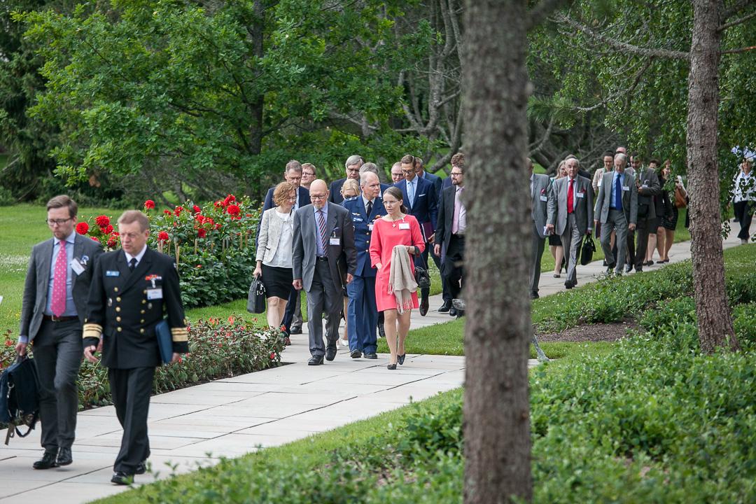 Kultaranta-keskustelujen vieraat saapumassa toisen päivän keskusteluihin kesäkuussa 2016. Kuva: Matti Porre/Tasavallan presidentin kanslia