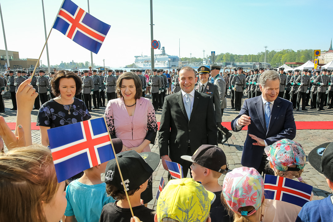 Lapset vastaanottivat Islannin presidenttiparin lippuja heilutellen Pohjois-Esplanadilla. Kuva: Juhani Kandell/Tasavallan presidentin kanslia