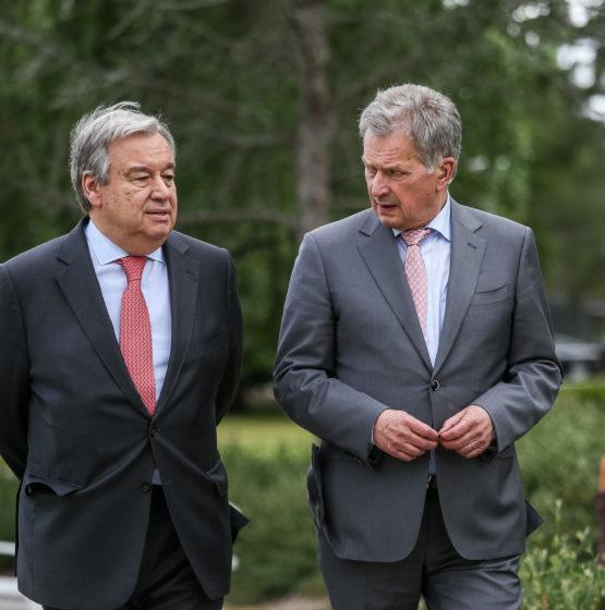 President Niinistö och generalsekreterare Guterres anländer till mötesplatsen före det avslutande anförandet. Foto: Matti Porre/Republikens presidents kansli