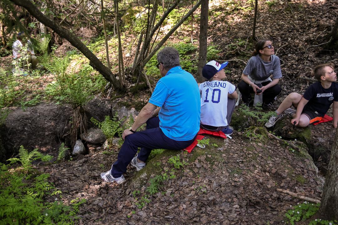 Christian ja presidentti istuvat hiljaa kuuntelemassa metsän ääniä puron äärellä. Kuva: Matti Porre/Tasavallan presidentin kanslia