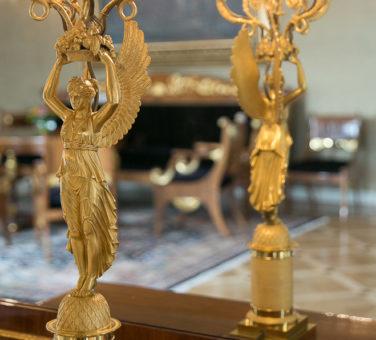 Keltaisen salissa on ranskalaistyyppistä empireä oleva kandelaaberi, jossa on voitonjumalatarta esittävä figuuri. Kynttelikkö on valmistettu 1810-luvulla ja hankittu Pietarista vuonna 1819 kenraalikuvernöörin taloon. Kuva: Matti Porre/Tasavallan presidentin kanslia