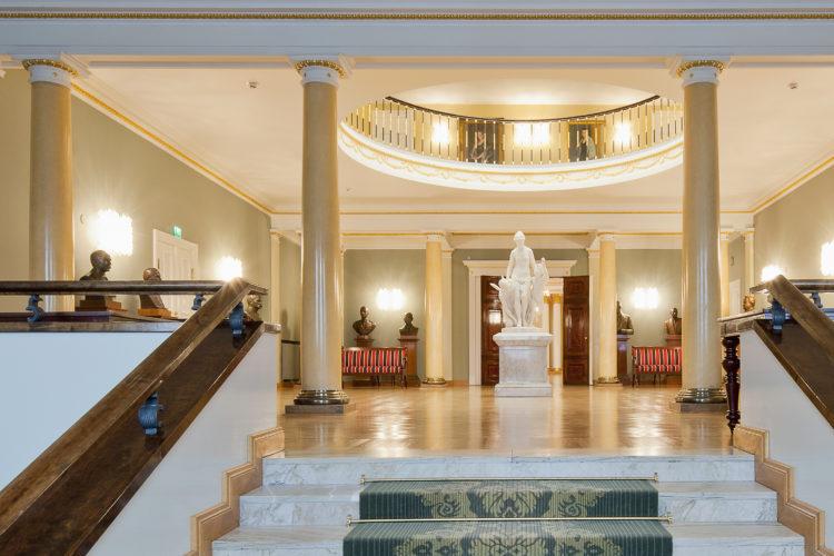 Mariankadun puolen sisäänkäynti. Mariankadun aulasta johtavat portaat Atriumiin. Kuva: Soile Tirilä/Museovirasto