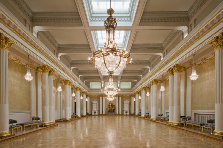 Valtiosalissa järjestetään valtiovierailun juhlapäivälliset. Itsenäisyyspäivänä kättely ja tanssi tapahtuvat salissa. Vuonna 1907 valmistuneen salin esikuvana on Pietarissa sijaitsevan Talvipalatsin Pyhän Yrjön sali. Kuva: Soile Tirilä/Museovirasto
