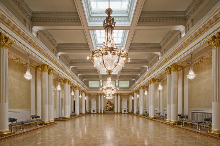 I Rikssalen ordnas till exempel festmiddagar vid statsbesök. Här hälsar republikens president på gästerna på självständighetsdagen och här dansar man senare under kvällen. Förebild för denna sal, som blev färdig 1907, var S:t Göranssalen i Vinterpalatset i S:t Petersburg. Walter Runebergs staty Lex (1919) är en gipskopia av Lex-delen av statyn av Alexander II på Senatstorget. Soile Tirilä /Museiverket