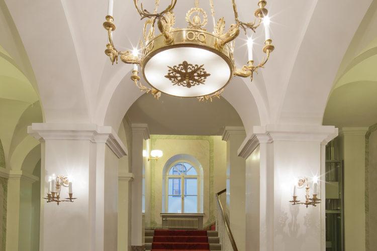 Ingången vid Mariegatan förnyades också. Från Mariegatans entréhall leder trappor upp till Atrium. Foto: Soile Tirilä /Museiverket 2014