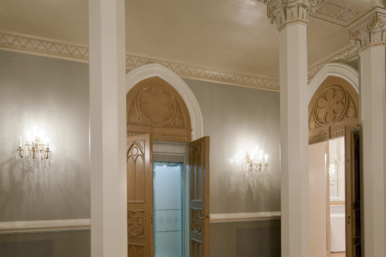 Väggarna i Gotiska salen pryds av gamla landskapsvapen och stadsvapen, som uppskattningsvis härstammar från slutet av 1800-talet. Det var ursprungligen tänkt att porträtt av den kejserliga familjen skulle hängas upp där. Foto: Republikens presidents kansli