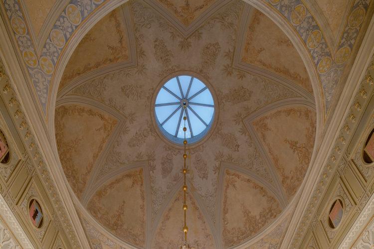Dekorationsmålningarna i taket i den Gotiska salen återfick sitt utseende från slutet av 1800-talet. Målandet av kupolen i Gotiska salen bestod av fem olika skeden. Det utseende som nu har återgetts är den äldsta ursprungliga ytan. Foto: Soile Tirilä /Museiverket 2014 Close
