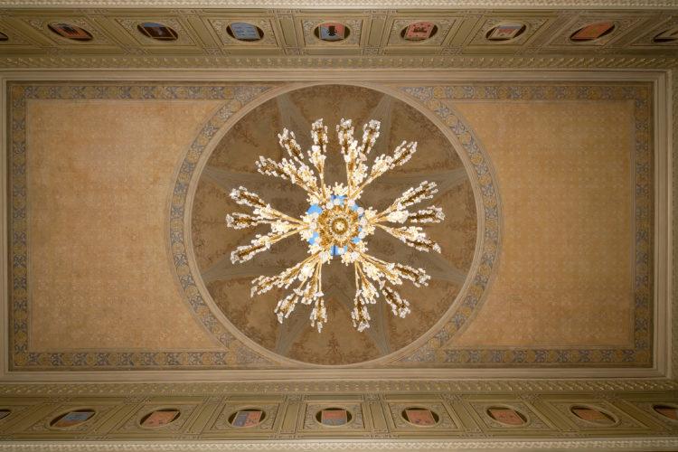 Goottilaisen salin katon koristemaalaukset on palautettu 1800-luvun lopun asuun. Salin kupolin maalauksessa on ollut viisi vaihetta. Nykyinen ulkoasu on vanhin alkuperäinen pinta toisesta vaiheesta. Kuva: Soile Tirilä/Museovirasto