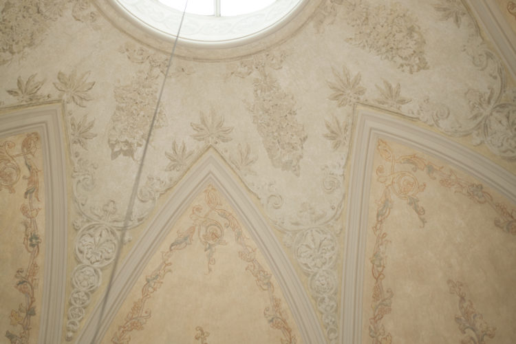 I taket finns ornament med växtmotiv och grisaillemålning som ger ett tredimensionellt intryck. Foto: Matti Porre / Republikens presidents kansli