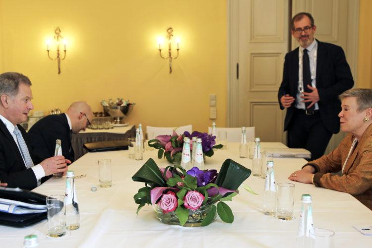 Presidentti Niinistö ja Naton varapääsihteeri Rose Gottemoeller keskustelivat Münchenin turvallisuuskonferenssissa. Kuva: Katri Makkonen/Tasavallan presidentin kanslia