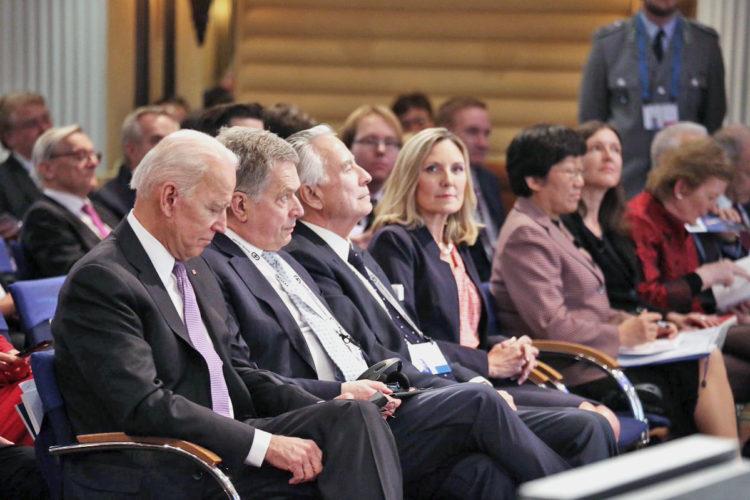 Presidentti Niinistö, Yhdysvaltain entinen varapresidentti Joe Biden, Yhdysvaltain entinen Saksan-suurlähettiläs Richard Burt sekä Yhdysvaltain asevalvonnasta ja kansainvälisestä turvallisuudesta vastaava apulaisulkoministeri Andrea Lee Thompson Münchenin turvallisuuskonferenssissa. Kuva: Katri Makkonen/Tasavallan presidentin kanslia