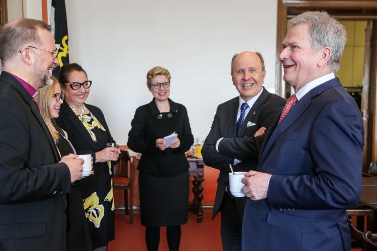 Kahvit paneelin jälkeen. Katri Makkonen/Tasavallan presidentin kanslia