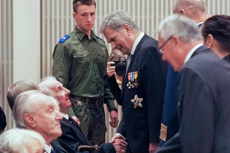 Presidentti Niinistö palkitsi veteraaneja kunniamerkein ennen veteraanipäivän pääjuhlaa Kuopiossa. Kuva: Elina Saarela / Kuopion kaupunki