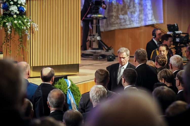 Presidentti Niinistö saapumassa veteraanipäivän pääjuhlaan. Kuva: Elina Saarela / Kuopion kaupunki