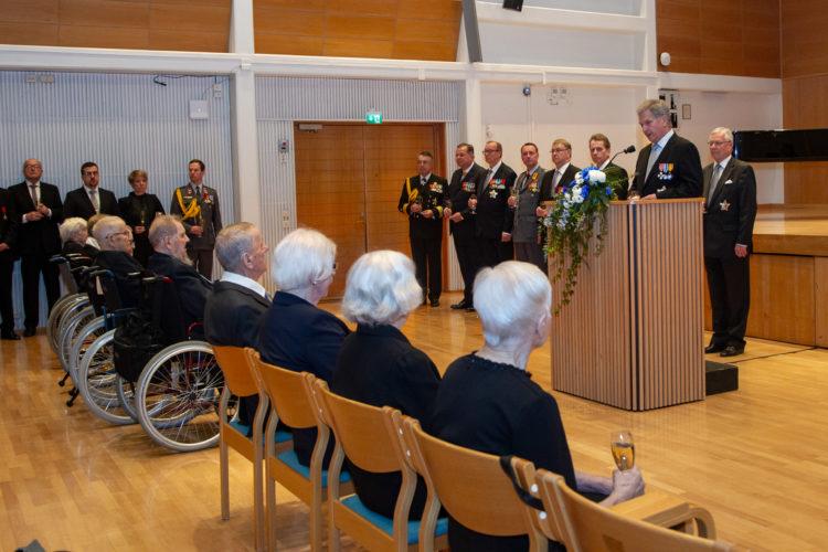 Presidentti Niinistö palkitsi veteraaneja kunniamerkein ennen veteraanipäivän pääjuhlaa Kuopiossa. Kuva: Vicente Serra / Kuopion kaupunki