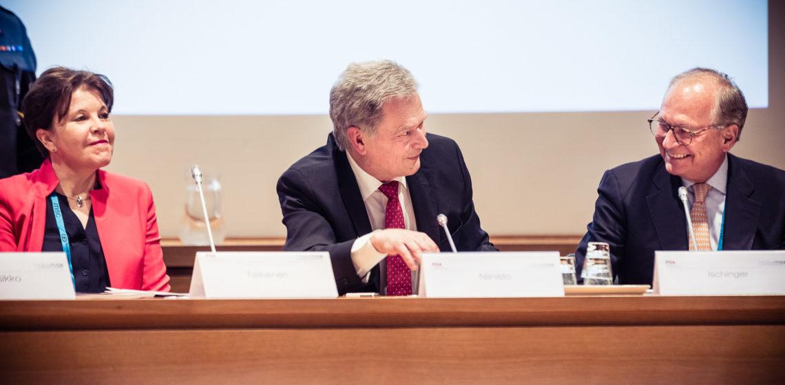Ulkopoliittisen instituutin johtaja Teija Tiilikainen, presidentti Niinistö ja Münchenin kansainvälisen turvallisuuskonferenssin puheenjohtaja Wolfgang Ischinger eduskunnan pikkuparlamentissa. Kuva: Michael Kuhlmann/MSC