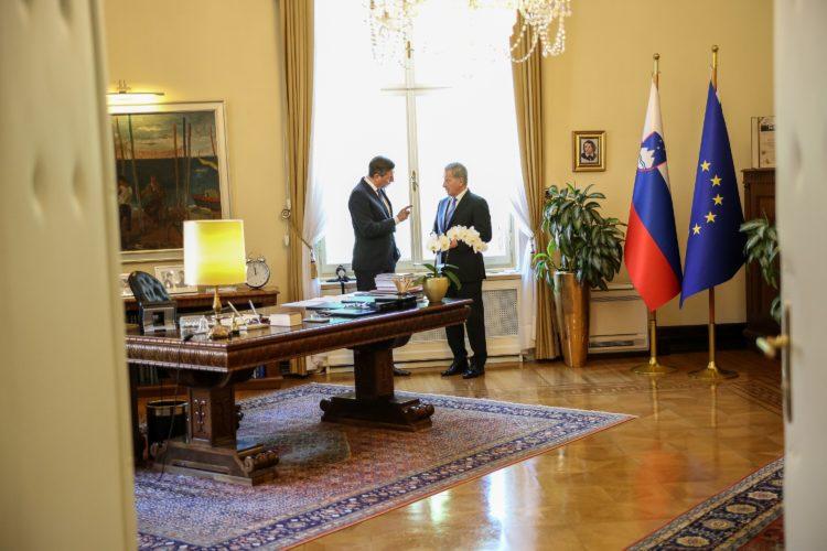 Keskustelua presidentti Pahorin työhuoneessa. Kuva: Matti Porre /Tasavallan presidentin kanslia