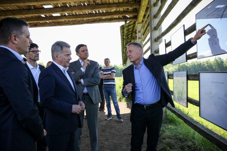 Presidentti Niinistö ja presidentti Pahor vierailulla Suha pri Predosljahin ekokylässä. Kuva: Matti Porre/Tasavallan presidentin kanslia