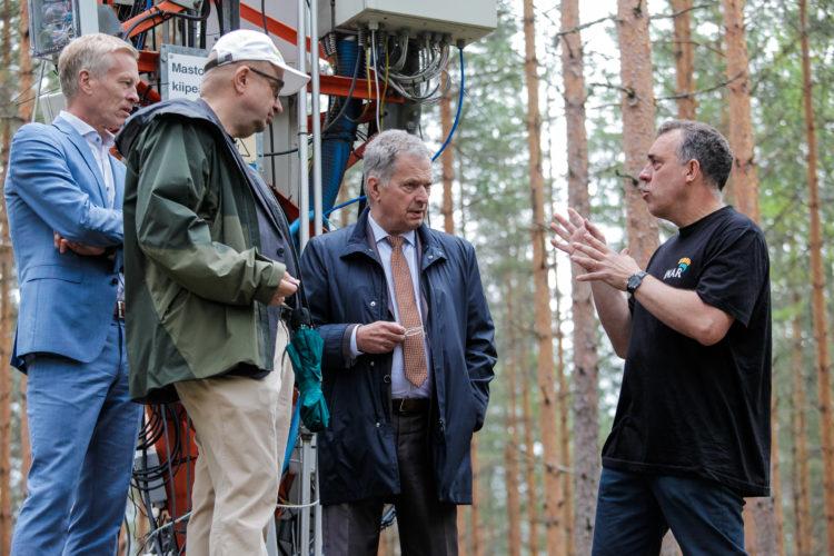Meteorologian akatemiaprofessori Timo Vesala kertoi hiilinieluista. Kuva: Matti Porre/Tasavallan presidentin kanslia