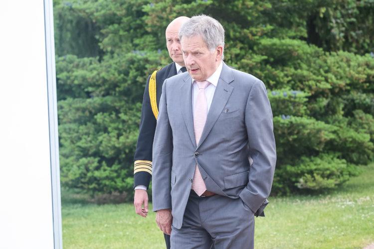Presidentti Niinistö saapuu maanantain aamukeskusteluun. Kuva: Juhani Kandell/Tasavallan presidentin kanslia