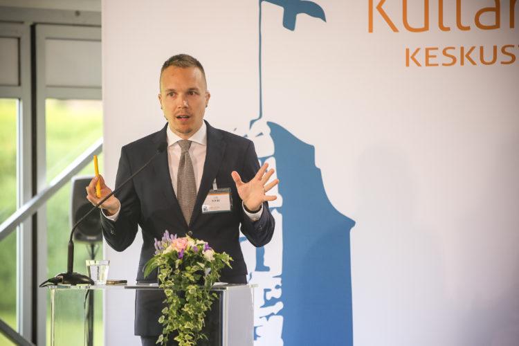 Aamukeskustelua moderoi toimittaja Olli Seuri. Kuva: Juhani Kandell/Tasavallan presidentin kanslia