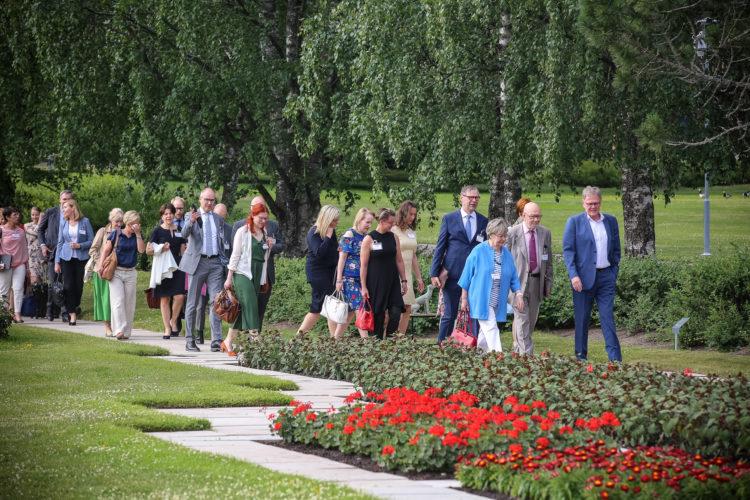 Vieraat saapumassa Kultarannan aamukeskusteluun maanantaina 17. kesäkuuta. Kuva: Juhani Kandell/Tasavallan presidentin kanslia