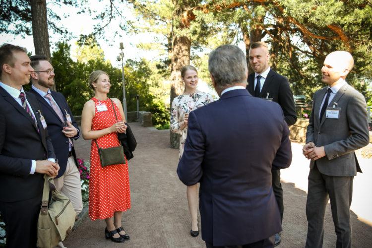 Presidentti Niinistö tapasi Kultaranta-keskusteluihin osallistuvia kansainvälisen politiikan opiskelijoita ennen keskustelujen alkua. Kuva: Matti Porre/Tasavallan presidentin kanslia