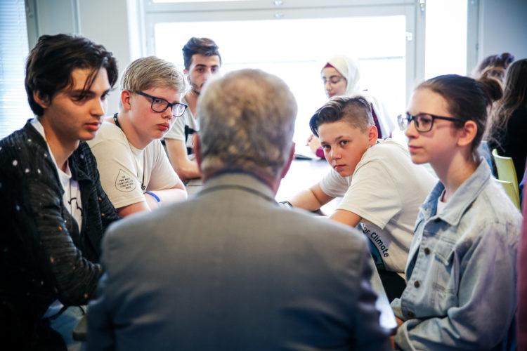 Tasavallan presidentti Sauli Niinistö tapasi maailman koululaisten ilmastokokoukseen osallistuvia nuoria ja kokouksen pääsihteeristöä Arabian peruskoululla 4. kesäkuuta 2019 Helsingissä. Kuva: Matti Porre/Tasavallan presidentin kanslia
