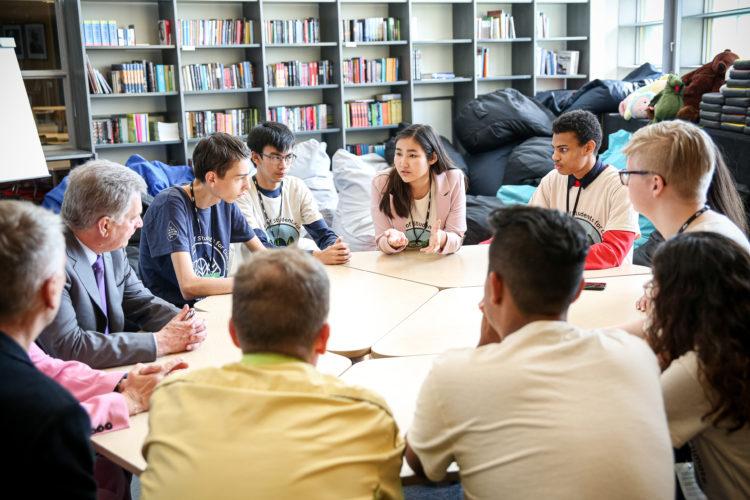 Presidentti keskustelee WSSC:n pääsihteeristön kanssa, johon kuuluu nuoria Australiasta, Meksikosta, Chilestä, Alankomaista, Kazakstanista, Tunisiasta ja Suomesta. Kuva: Matti Porre/Tasavallan presidentin kanslia