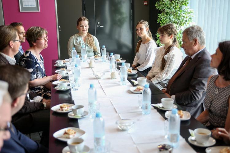 Keskusteluissa Pälkäneen kunnan edustajien kanssa esillä  nuorten työllistämisen malli. Kuva: Matti Porre/Tasavallan presidentin kanslia