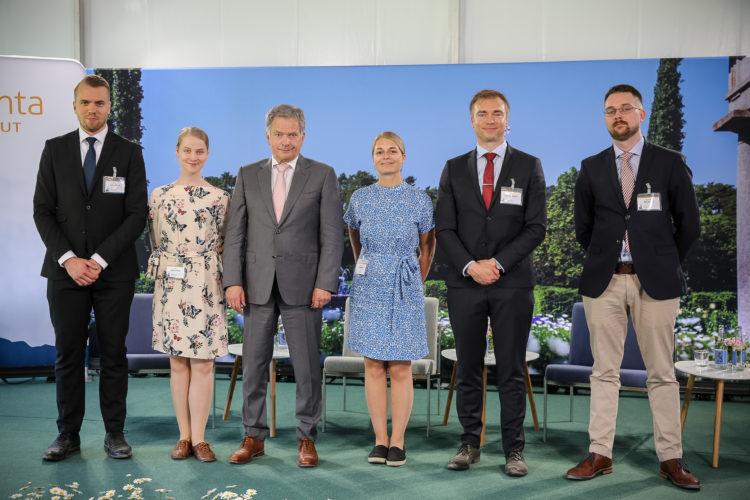 Kultaranta-keskusteluihin osallistuneet nuoret yhteiskuvassa presidentin kanssa. Kuva: Juhani Kandell/Tasavallan presidentin kanslia