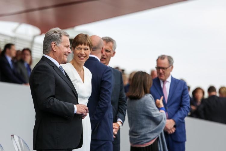 Presidentti Niinistö ja Viron presidentti Kersti Kaljulaid keskustelivat ennen paraatin alkua. Kuva: Riikka Hietajärvi/Tasavallan presidentin kanslia