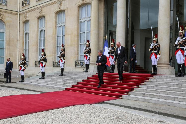Presidentti Niinistö poistumassa Élysée-palatsista presidentti Macronin isännöimän lounaan jälkeen. Kuva: Riikka Hietajärvi/Tasavallan presidentin kanslia