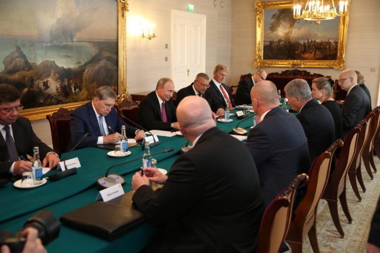 Delegaatiokeskustelut käytiin kolmannen kerroksen salongissa. Kuva: Juhani Kandell/Tasavallan presidentin kanslia