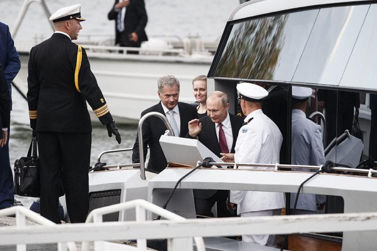 Presidentti Niinistö ja presidentti Putin Kultaranta VIII veneen kannella. Kuva: Roni Rekomaa/Tasavallan presidentin kanslia