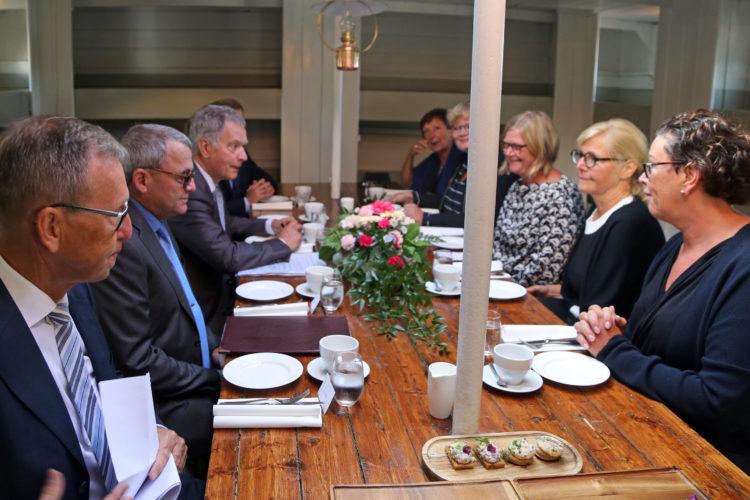 Pommernilla järjestetyissä keskusteluissa Ahvenanmaan ajankohtaisia asioita presidentti Niinistölle esittelivät mm. Ahvenanmaan maakuntapäivien puhemies Gun-Mari Lindholm, maaneuvos Katrin Sjögren, maaherra Peter Lindbäck ja maakuntapäivien johtaja Susanne Eriksson.