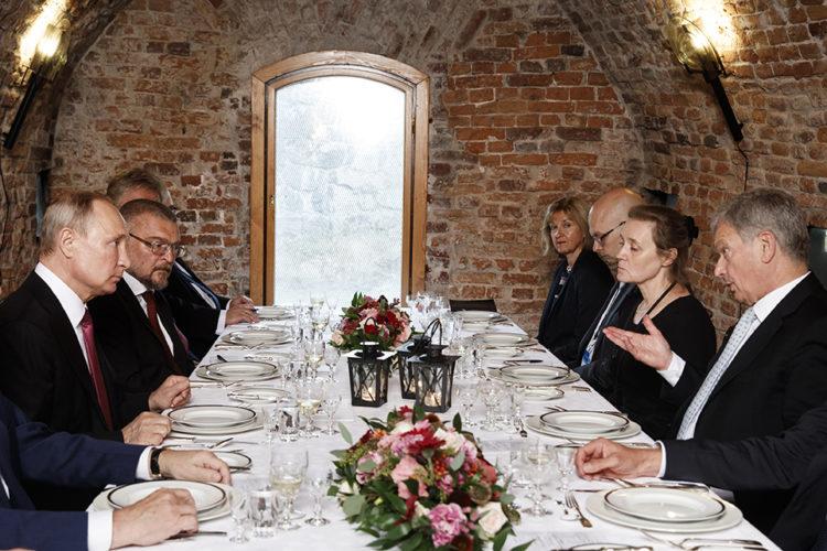 Presidentti Niinistön ja presidentti Putinin väliset keskustelut päivällisen yhteydessä Suomenlinnassa. Kuva: Roni Rekomaa/Tasavallan presidentin kanslia