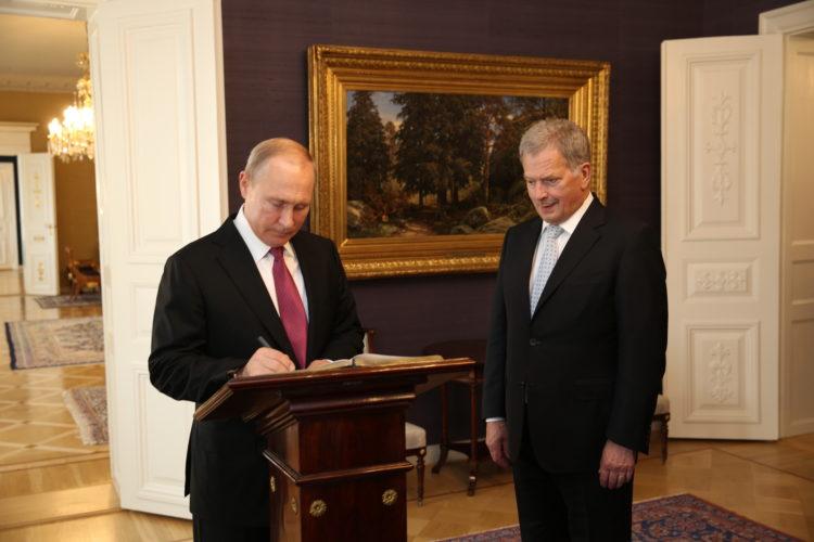 Venäjän presidentti Vladimir Putin allekirjoitti vieraskirjan. Kuva: Juhani Kandell/Tasavallan presidentin kanslia