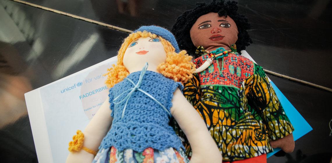 Raaseporin vapaaehtoisryhmän tekemät nuket esittävät suomalaista ja nigerialaista lasta. Kuva: Matti Porre/Tasavallan presidentin kanslia