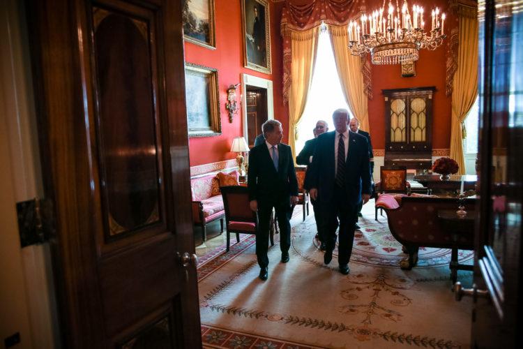 Presidentti Trump hyvästelee presidentti Niinistön. Kuva: Matti Porre/Tasavallan presidentin kanslia