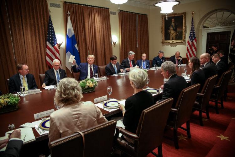 Työlounas Valkoisen talon kabinettihuoneessa. Kuva: Matti Porre/Tasavallan presidentin kanslia