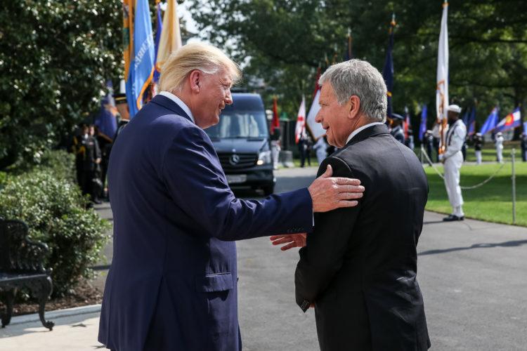 Presidentti Trump tervehtii presidentti Niinistöä Valkoisen talon ovella 2. lokakuuta 2019. Kuva: Matti Porre/Tasavallan presidentin kanslia